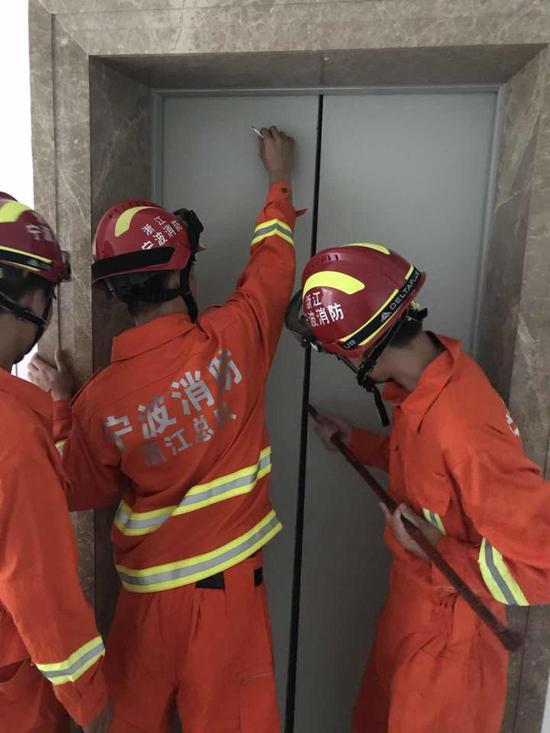 入夏后,电梯困人事件频发。宁波消防正在救援中