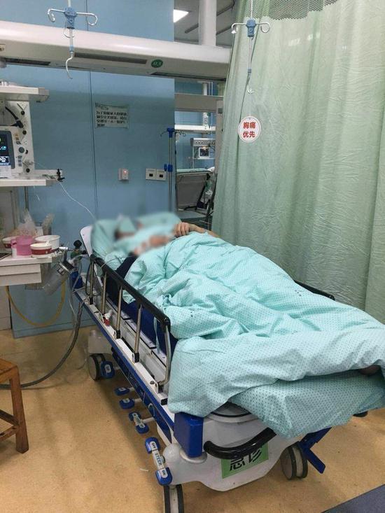 连日阴冷天气,让生病的人群明显增多,医院也很是忙碌。