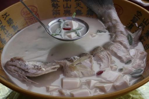 图为新鲜烹制的鱼汤