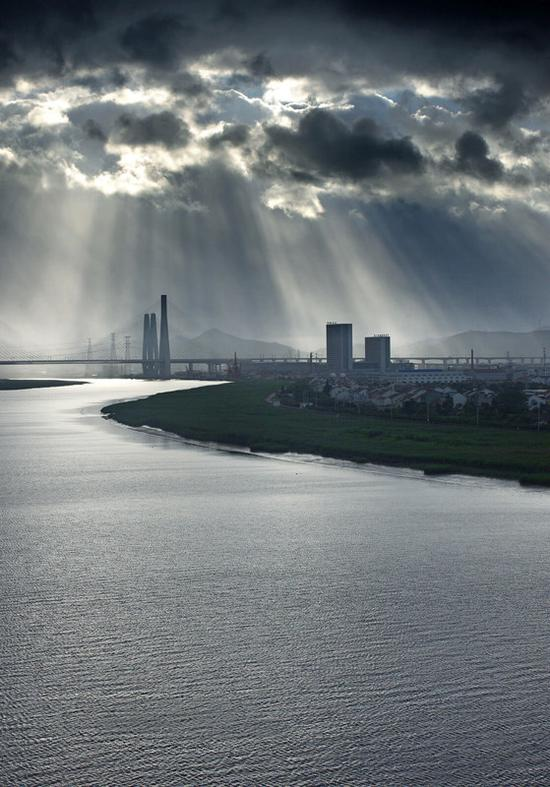 """原标题:宁波""""上演""""光影大片,这云这光美呆了!"""