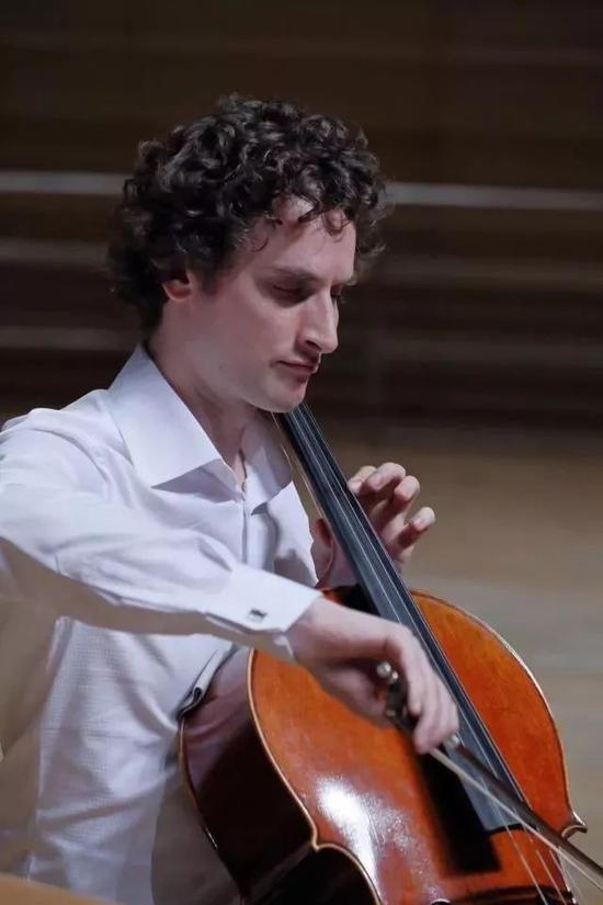 (法国大提琴家朱力安)