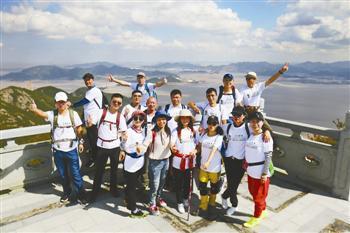 登山爱好者在仙人山上合影。