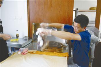 6。蒸熟后轻轻一抖,粘在蒸布上的米馒头自然洒落。