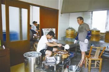4。朱平飞的儿子专心舀米浆,又快又稳。