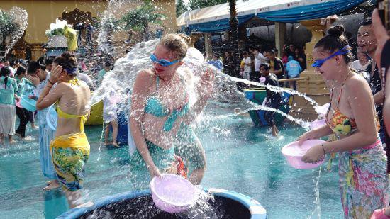 图为:泼水节现场美女与游客互泼。 张陆沁 摄