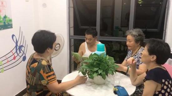 8月7日傍晚,宁波市江北区北岸琴森小区的陈梅芳和老伴还有一起跳广场舞的小姐妹们,在驿站喝茶聊天。