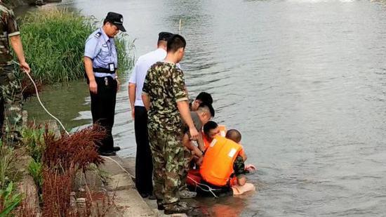 图为:浙江海宁消防正在营救。金雯怡 摄