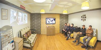 庆丰社区为老年人提供免费电影院服务(除署名外图片均由鄞州区民政局提供)