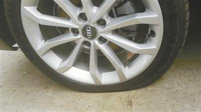 被钉子扎破的奥迪车车胎。车主供图