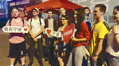 外籍百人旅游团在尼斯嘉年华现场。记者谢舒奕摄