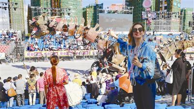 """名为""""中美""""的美国姑娘在嘉年华现场自拍。记者谢舒奕摄"""