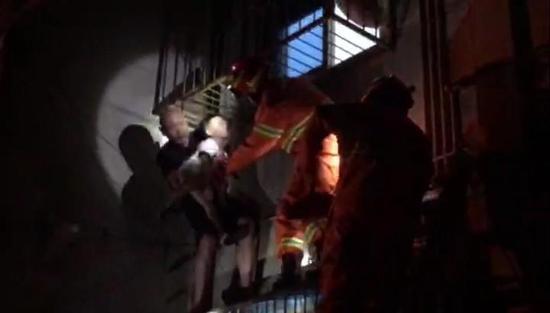 好心人郑先生托举着孩子40多分钟,直到等来救援人员