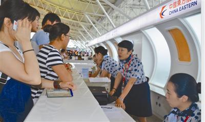 如今,张红在宁波机场柜台为旅客服务。