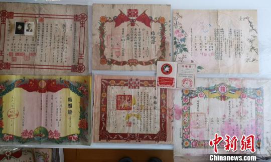 图为:王文君收藏的不同时期的婚书 范宇斌 摄