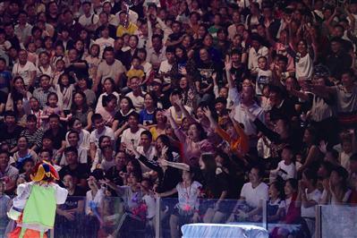 宁波海洋世界海洋剧场,观众在参与互动。