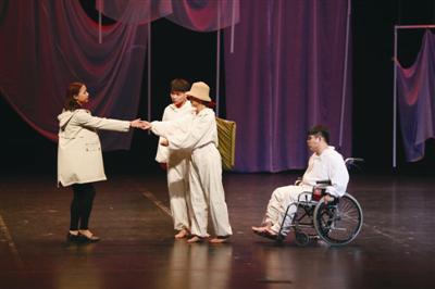 戏剧节上,宁波大学白桦林话剧社表演原创话剧《房间》