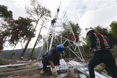 电力工人正在组建铁塔