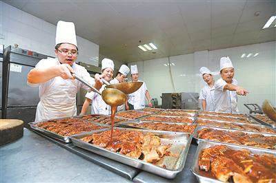 """生产旺季时,中银(宁波)公司尤其关心职工的""""一日三餐""""。"""