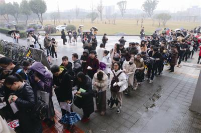 宁波大学考点,考生排队进考场。记者张培坚 摄