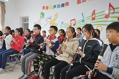 孩子们从最基础的识谱和练习做起,打开一扇音乐艺术之门。通讯员供图