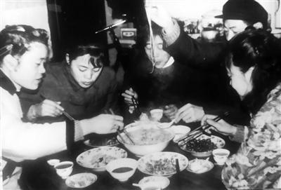 1982年除夕,慈溪浒山一户人家吃年夜饭。俞丹桦摄