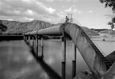 直径2.6米的白溪水库引水管道。通讯员张良摄