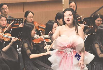 图为一名中国选手在2018宁波国际声乐比赛决赛上演唱。(周建平摄)