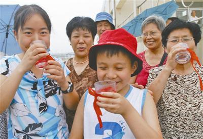 市民品尝清纯甘冽的白溪水。
