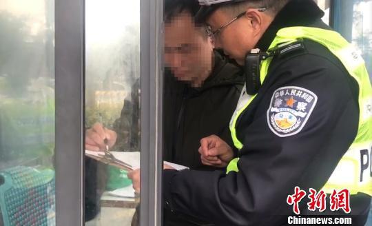 张某正寻求民警帮助。宋敢 供图