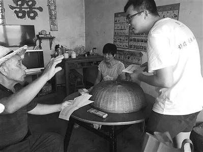 宁波工程学院学生在村民家里了解家风家训 图片均由各自学校提供