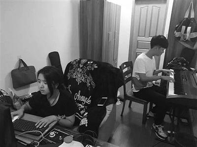 宁波大学的学生在抓紧谱曲,改编村歌