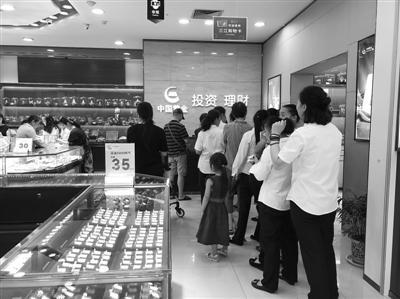 黄金专柜又现消费者排队。