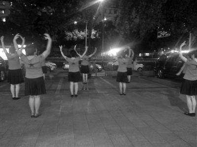"""昨晚,大妈们仍旧在""""老地方""""跳广场舞。记者殷欣欣摄"""