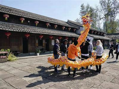 宁波大学留学生来到鄞州区非遗馆 为老祖宗手艺点赞