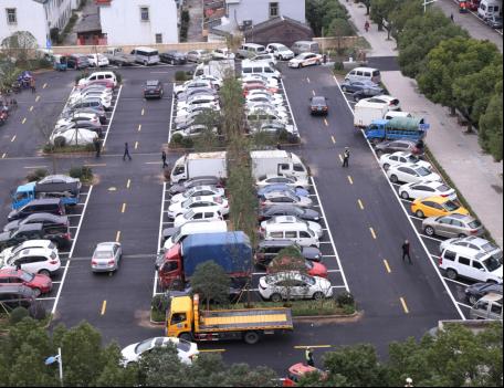 图为整体改造后的停车场。
