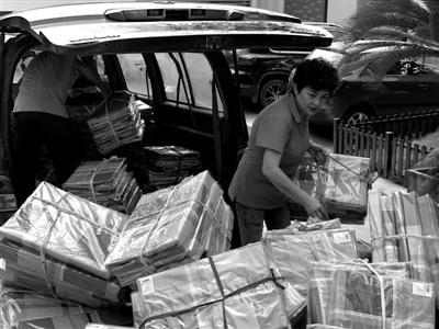 刘国娟正在搬运爱心物资通讯员供图