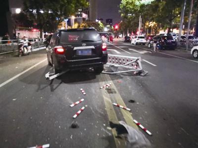 宁波一老司机被远光灯闪瞎眼 紧急刹车连撞6节护栏