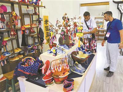 图为外国友人对中国的传统物件充满好奇。(徐展新摄)