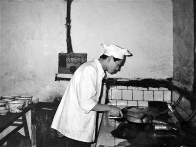 1988年,陈继波在宁耀饭店做厨师。 受访者供图