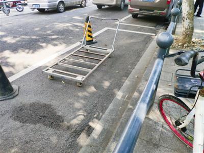 """高塘菜场门前公共车位被""""花式""""占位"""