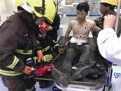 消防队员对钢筋进行剪切 通讯员供图