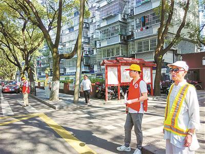 志愿者在社区门口引导交通。(周嘉晴摄)