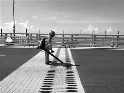 养护工在港珠澳大桥进行日常养护 通讯员供图
