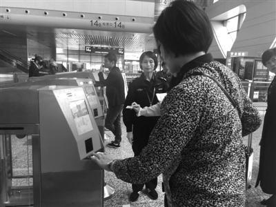 """旅客正在""""刷脸""""进站记者薛曹盛摄"""
