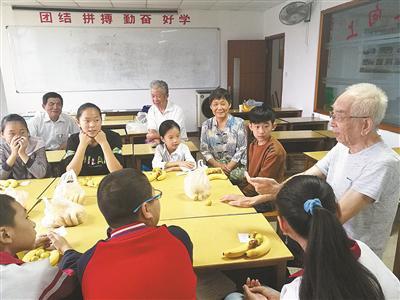 在假日学校,老人与孩子们一起快乐学习。(慈溪市宗汉街道老龄办提供)