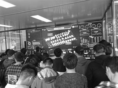 来自宁波职业技术学院的同学们在宁波夏厦齿轮有限公司参观。记者石承承摄