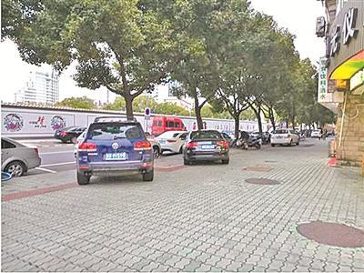 """中宪巷靠近望京路段人行道上,车辆无序停放。(引自网友""""2X的平方""""帖文)"""