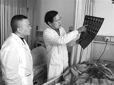 万金中在安龙县人民医院的工作照。
