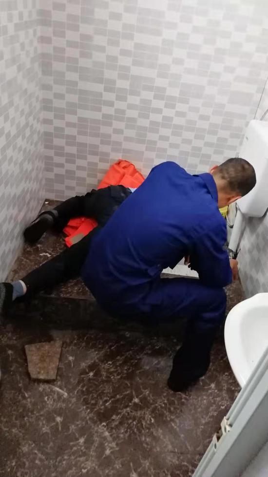 图为:舟山一男子手臂被卡便池内,消防员成功紧急救援。许一俊 摄
