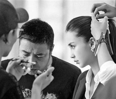 安建导演和杨颖(Angelababy)在片场。